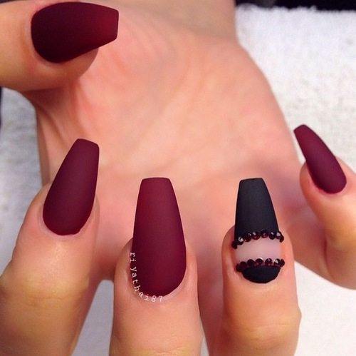 Дизайн бордовых матовых ногтей фото