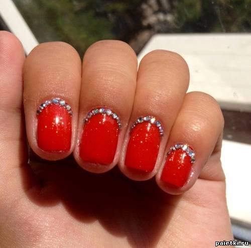 Дизайн ногтей с красным лаком и со стразами