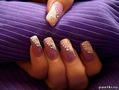 Розово фиолетовый маникюр со стразами